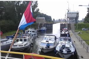 Boottocht door de sluis in roermond op de Maas
